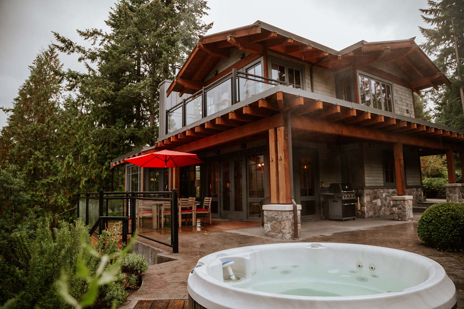 The outdoor area of this five-star holiday home features a hot tub for 4 people and a large gas barbecue.